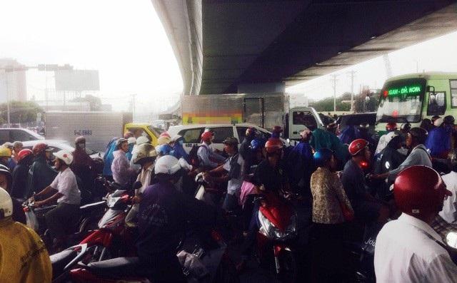 Tình trạng người dân dừng xe trú mưa dưới gầm các cây cầu vượt, hầm vượt sông Sài Gòn thường xảy ra vào mua mưa