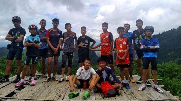 12 cầu thủ trong độ tuổi từ 11-16 và một huấn luyện viên 25 tuổi của đội bóng Lợn Rừng mắc kẹt do nước lũ sau khi vào hang Tham Luang thám hiểm ngày 23/6. (Ảnh: Facebook)
