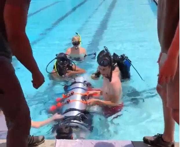 Cần tới 2 thợ lặn để có thể di chuyển tàu ngầm mini với sức chứa tối đa 1 em nhỏ cùng với dưỡng khí đầy đủ.