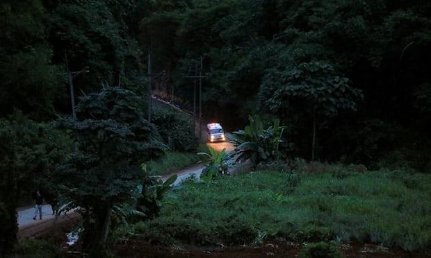 Xe cứu thương được cho là chở 1 trong các cầu thủ được giải cứu đến nơi trực thăng chờ sẵn. (Ảnh: Reuters)