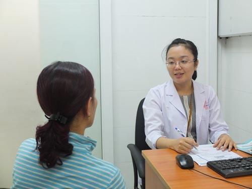ThS-BS Huỳnh Đoàn Phương Mai đang tư vấn rối loạn tình dục cho bệnh nhân nữ