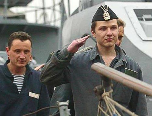 Đại úy Vyacheslav Milashevsky (phải) - chỉ huy tàu ngầm AS-28 - sau khi được giải cứu hôm 7-8-2005 Ảnh: REUTERS
