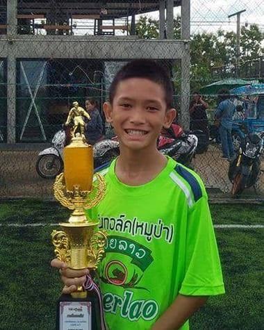 Truyền thông Thái đưa tin Mongkhol Boonpiam là một trong 4 cầu thủ nhí đầu tiên được giải cứu (Ảnh: Thai Rath)