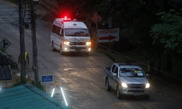 Các xe cứu thương xuất hiện tại hang Tham Luang vào thời điểm các cầu thủ nhí được đưa ra ngoài hang hôm 8/7 (Ảnh: AP)