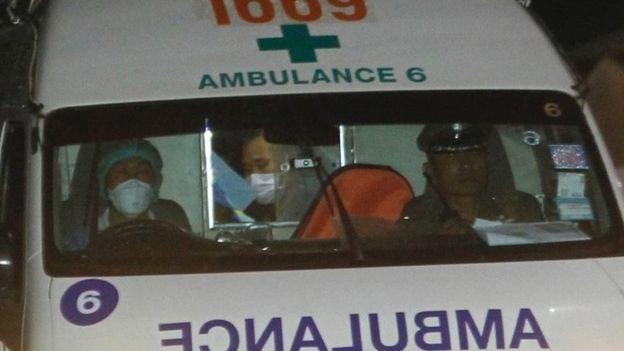 Một xe cứu thương di chuyển tới bệnh viện sau khi rời khỏi hiện trường vụ giải cứu ở hang Tham Luang (Ảnh: BBC)