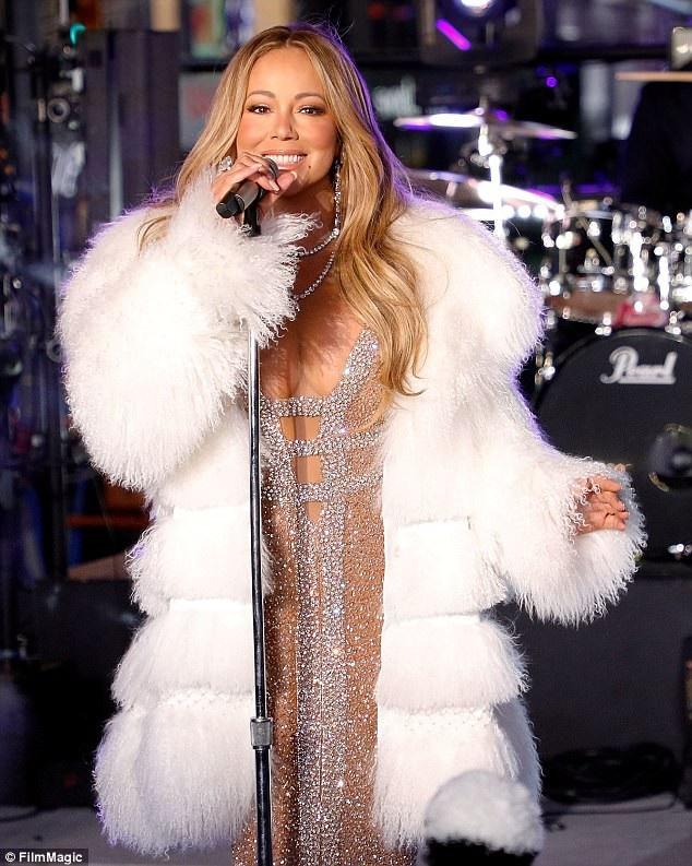 Mariah xuất hiện ấn tượng trên sân khấu của lễ đón giao thừa trên quảng trường Thời đại.