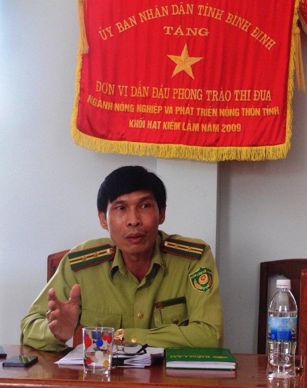 Ông Đặng Bá Quang - Hạt trưởng Hạt kiểm lâm Vĩnh Thạnh (Bình Định) trao đổi với báo chí.