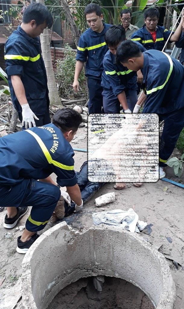 Lực lượng cứu hộ đưa thi thể anh Th. lên mặt đất