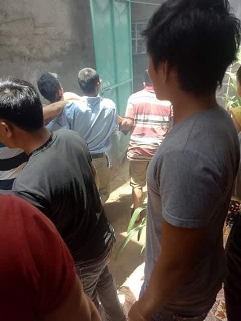 Người dân vội vàng đưa nạn nhân đi cấp cứu khẩn cấp