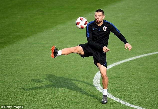 """Hơn một lần, Kovacic đã lặp lại thông điệp muốn rời khỏi Real Madrid. Man City đang rất muốn có được chữ ký của cầu thủ này sau khi hụt Jorginho vào tay Chelsea. Vấn đề của vụ này nằm ở mức giá của Kovacic. Real Madrid yêu cầu thu về 80 triệu bảng. Đương nhiên, Man """"xanh"""" không đời nào chi ra số tiền lớn như vậy. Mọi chuyện sẽ được giải quyết nếu như Real Madrid chấp nhận giảm giá."""