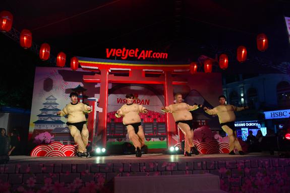 Tiết mục nhảy sumo sôi động, hài hước…