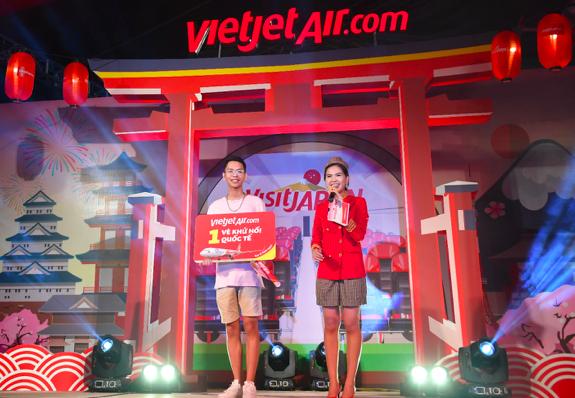 … hay phần rút thăm trúng thưởng, trao giải thi đấu trò chơi với giải thưởng là vé máy bay khứ hồi quốc tế của Vietjet được hành khách nhiệt liệt hưởng ứng.