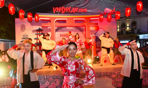 """#baycungnhau #bayVietjet #VietjetvisitJapan là những hastag """"hot"""" nhất ngày hội, tạo nên xu hướng đi lại, du lịch, trải nghiệm mới mẻ cho hành khách. Cùng thời điểm, tại thành phố Osaka náo nhiệt, Vietjet cũng tổ chức các hoạt động hấp dẫn chào các đường bay mới đến Nhật Bản dành cho du khách."""