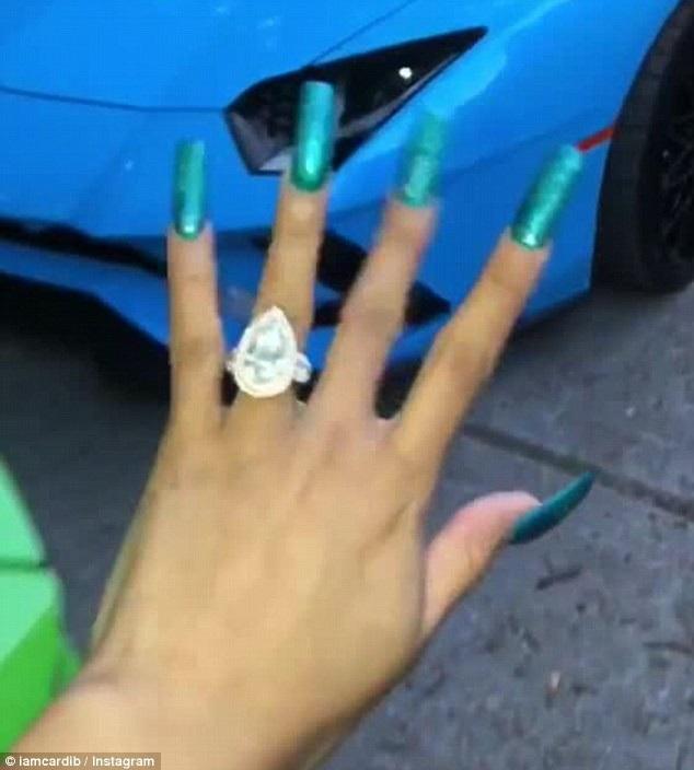 Cô thường xuyên chia sẻ các mẫu móng tay mới với fans trên trang cá nhân