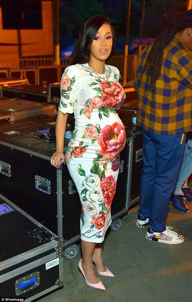 Nữ ca sỹ hào hứng chia sẻ với fans, cô chăm con nhỏ cả đêm mất ăn mất ngủ