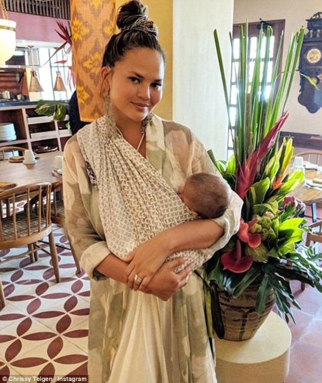 Chrissy Teigen mới sinh đứa con thứ 2 cách đây 2 tháng và cô chưa thể thấy lại vóc dáng thon gọn