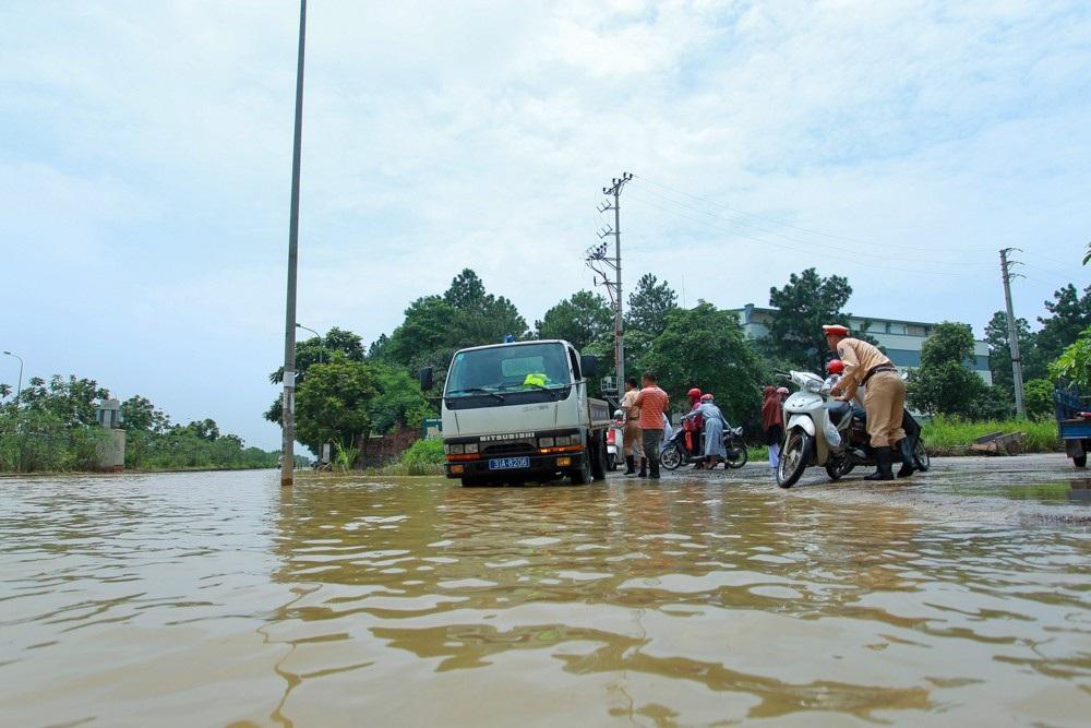 Hàng trăm lượt phương tiện được lực lượng CSGT Hà Nội ứng cứu qua đoạn ngập.