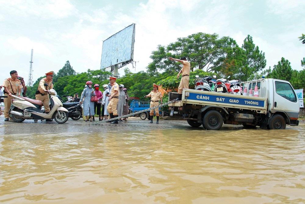 Hơn 1 tuần nay, Đại lộ Thăng Long có nhiều đoạn đường gom ngập sâu khiến người đi xe máy không thể qua lại.