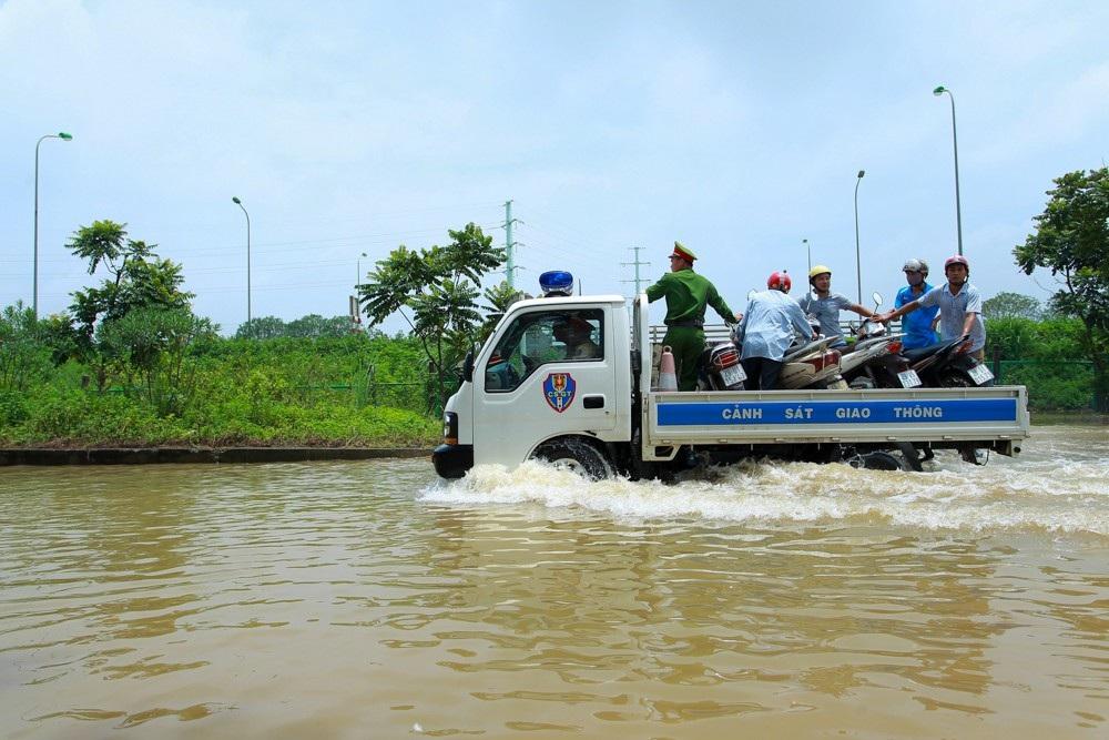 CSGT Hà Nội dùng xe tải chở người dân qua điểm ngập - 10