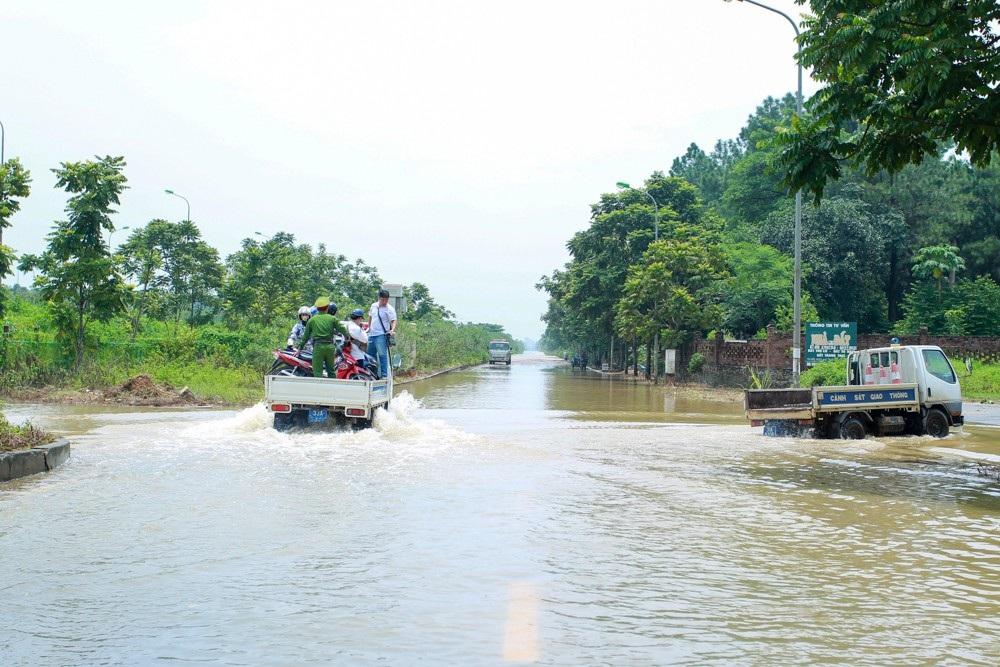 Diễn biến mưa còn phức tạp, lực lượng CSGT TP Hà Nội tổ chức phân công lực lượng tại những điểm ngập úng, giúp đỡ người dân di chuyển qua những đoạn đường gặp khó khăn.