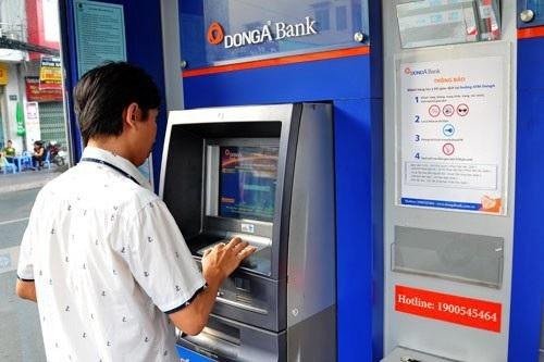 """Khách hàng sử dụng thẻ của DongA Bank sẽ có tâm lý bất an khi mà liên tiếp có 2 khách hàng bị """"bốc hơi"""" tổng cộng hơn 200 triệu đồng trong một buổi sáng."""