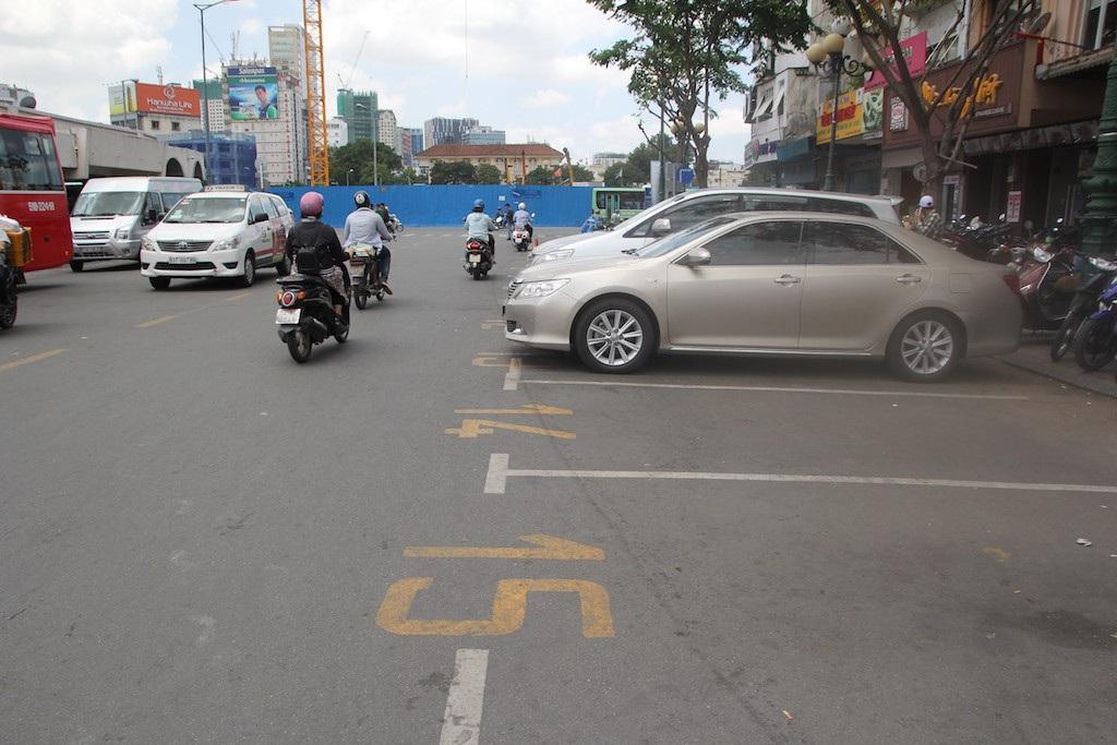 Khu vực ông Phạm Minh Quang phụ trách chỉ có 2 xe ô tô đậu vì tài xế than phí thu theo giờ quá cao