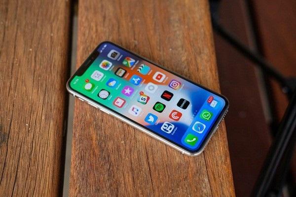 """Mức giá iPhone X """"cao ngất ngưởng"""" giúp cho giá bán trung bình của iPhone tăng, từ đó mang lại doanh thu lớn cho Apple"""