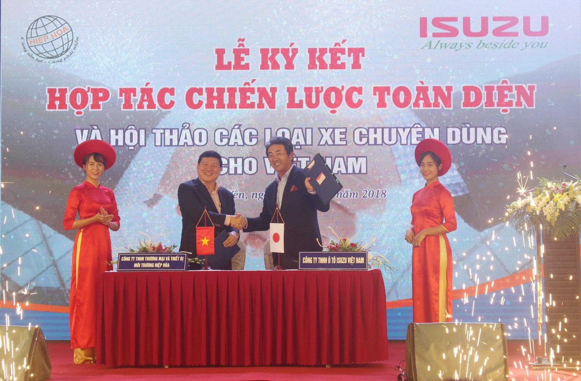 Công ty TNHH Ô tô Isuzu Việt Nam ký kết hợp tác chiến lược với Công ty TNHH Thương mại & Thiết bị Môi trường Hiệp Hòa vào sáng 31/7 vừa qua. (Ảnh: Hồng Vân)