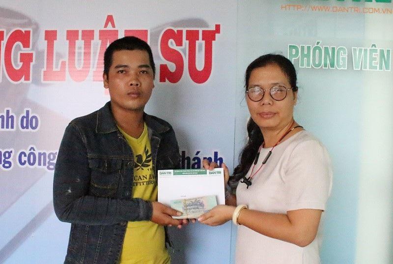 Nhà báo Toàn Thắng trao tiền bạn đọc hỗ trợ cho chồng bệnh nhân