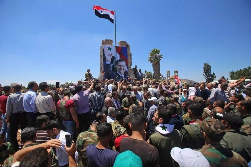 Binh sĩ Syria treo cờ tổ quốc ở thị trấn Quneitra ở Cao nguyên Golan phía Syria hôm 27-7. Ảnh: Newsweek
