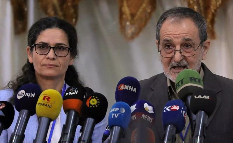 Ilham Ahmed và Riad Darar, đồng chủ tịch SDC tại phiên họp thứ ba ở Tabqa, Syria hôm 16-7. Ảnh: Newsweek
