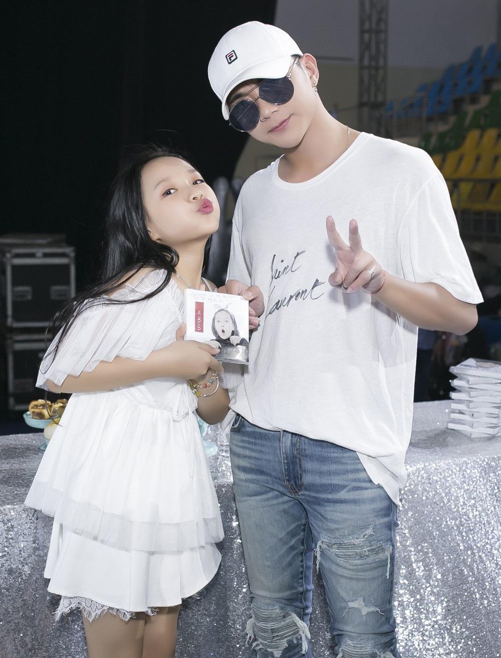 Huấn luyện viên Soobin Hoàng Sơn - người được Hoài Ngọc gọi là ba vì đã giúp đỡ bé trong suốt quá trình thi cho đến sau khi rời The Voice Kids. Soobin cũng cho biết anh vô cùng bất ngờ với sự trưởng thành và kĩ thật thanh nhạc ngày càng tiến bộ của Hoài Ngọc tuy cô bé mới 12 tuổi. Có những nốt cao Hoài Ngọc hát mà ngay cả các ca sỹ lớn cũng nổi da gà vì khả năng của bé.