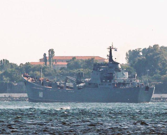 Tàu Nga chở vũ khí qua eo biển Bosporus (Ảnh: Almasdar News)