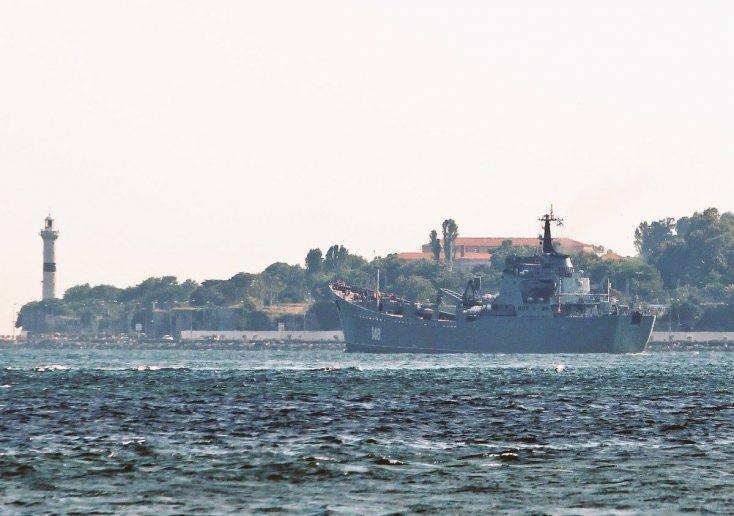Cận cảnh tàu Nga chở trang thiết bị tới Syria (Ảnh: Almasdar News)