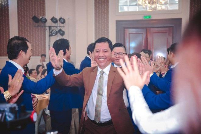 Ông Lê Minh Tâm, Giám đốc Sky Mining (áo nâu) được cho là đã biến mất cùng hàng trăm tỉ đồng của hàng trăm nhà đầu tư.
