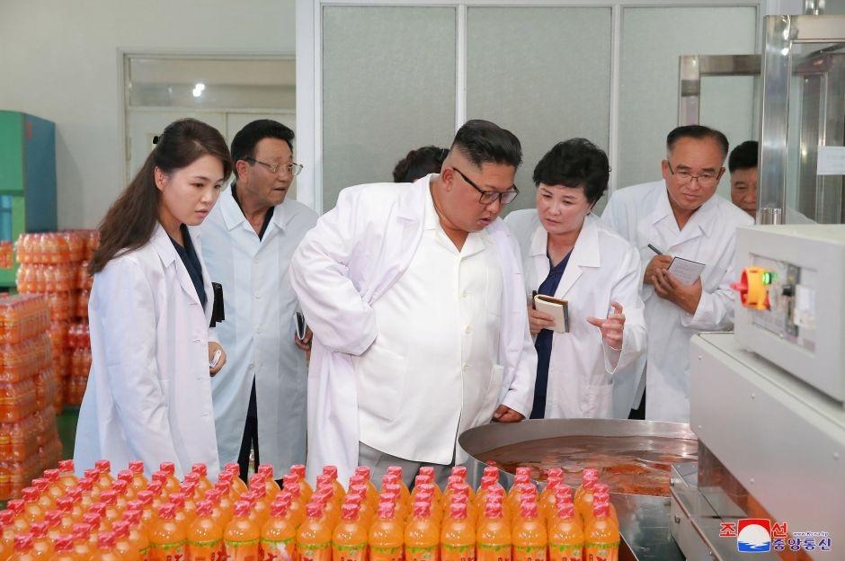 Nhà lãnh đạo Kim Jong-un cùng vợ, bà Ri Sol-ju, tới thăm nhà máy thực phẩm tổng hợp Songdowon.