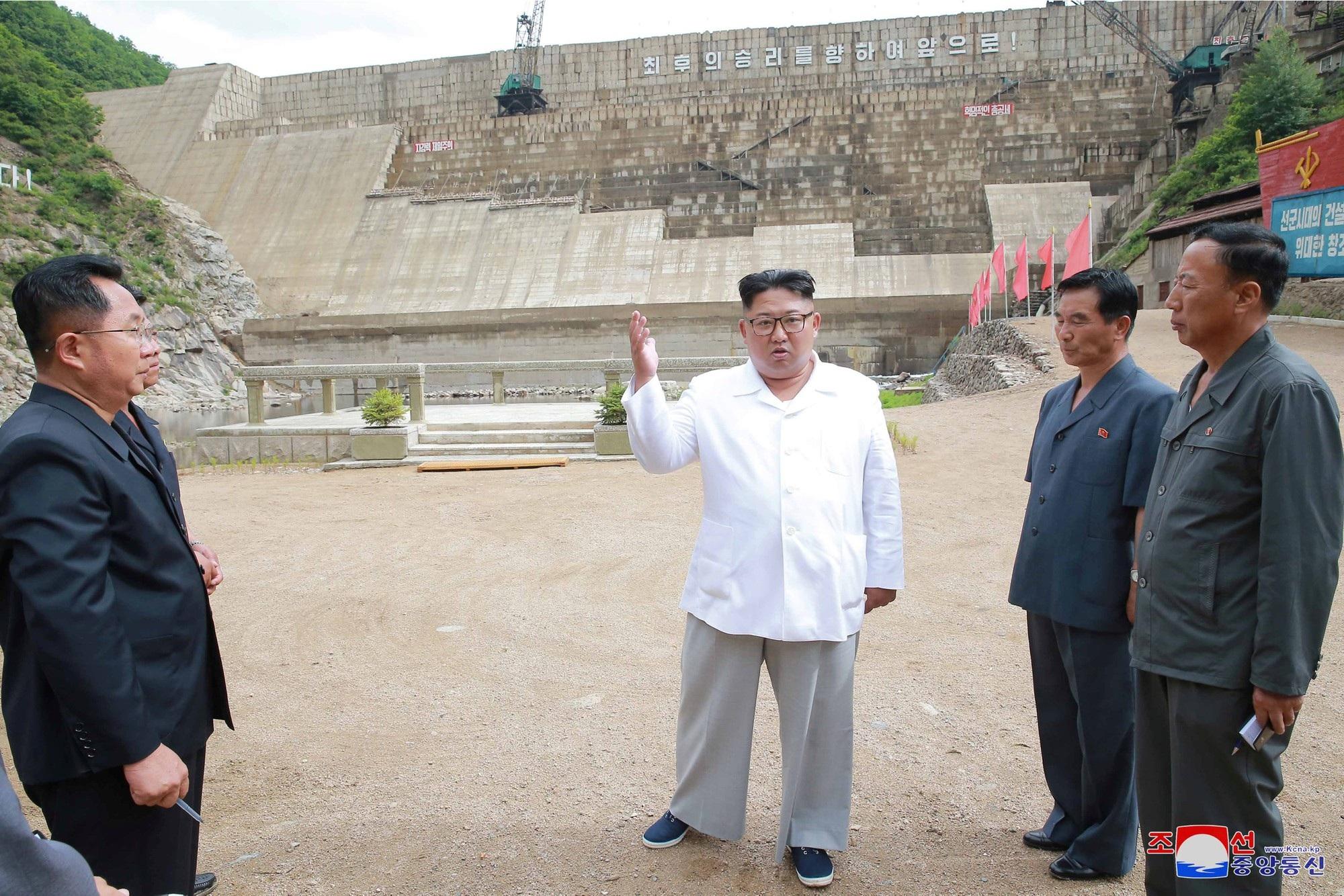 Ông Kim Jong-un đến thăm nhà máy điện Orangchon đang được xây dựng ở Bình Nhưỡng.