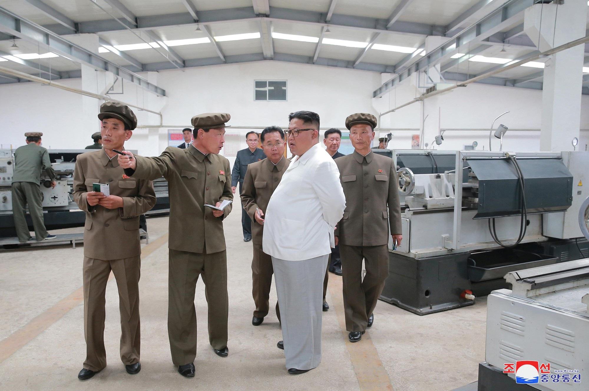 Ông Kim Jong-un thăm một nhà máy cơ khí thuộc Tổ hợp cơ khí khai thác than Ranam.