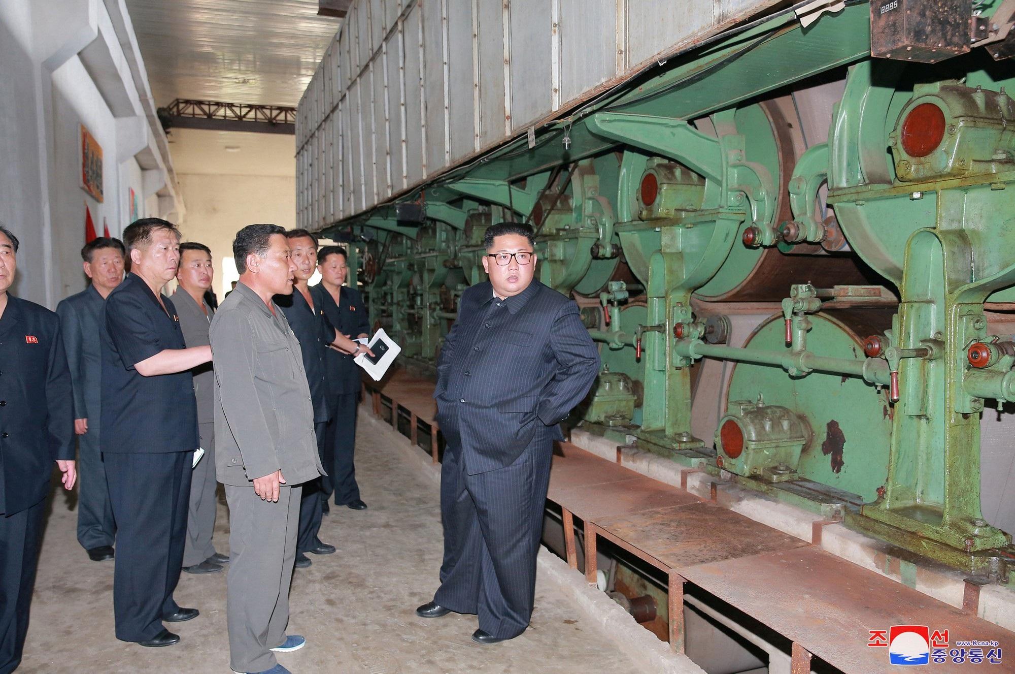 Nhà lãnh đạo Triều Tiên thị sát nhà máy ở Sinuiju hồi đầu tháng 7.