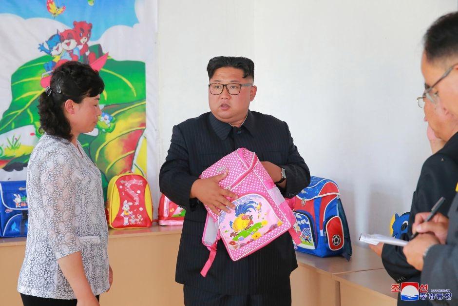 Ông Kim Jong-un cầm trên tay một chiếc balo khi tới thăm nhà máy sản xuất túi học sinh Chungjin tại Bình Nhưỡng.