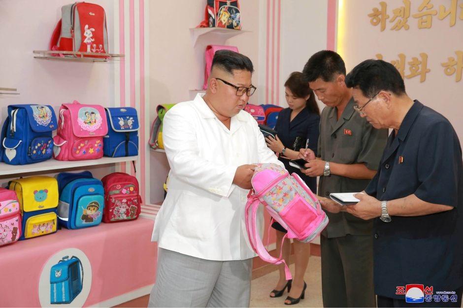 Nhà lãnh đạo Triều Tiên và phu nhân tới thăm một nhà máy sản xuất túi xách tại Bình Nhưỡng.