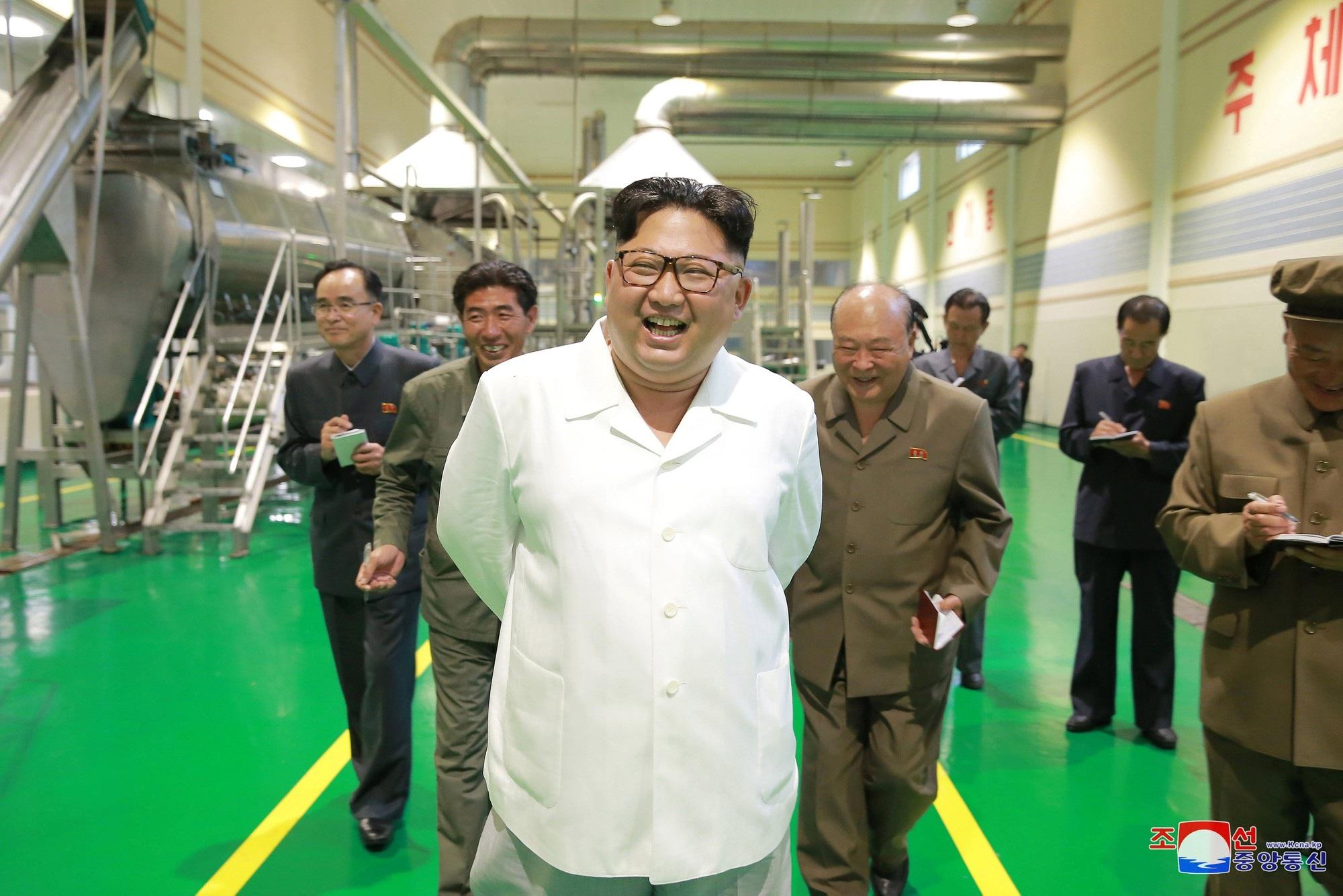 Ông Kim Jong-un thăm nhà máy sản xuất bột khoai tây tại Triều Tiên.