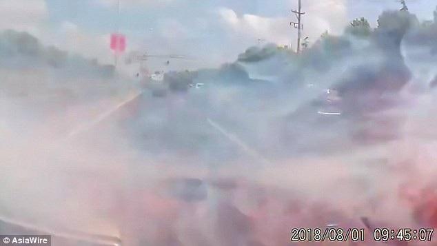 Khói bốc lên nghi ngút bên trong xe sau vụ nổ