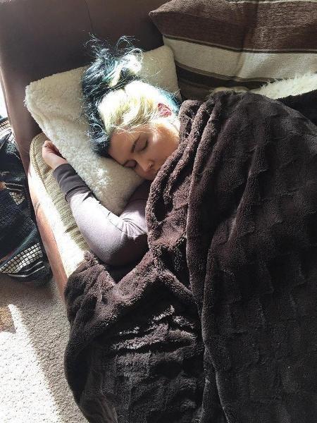 Cô trở nên nhạy cảm với ánh sáng và thường xuyên nằm cả ngày trên giường
