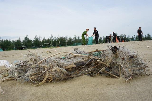 Rác thải đổ bộ dày đặc trên bờ biển thị xã Cửa Lò