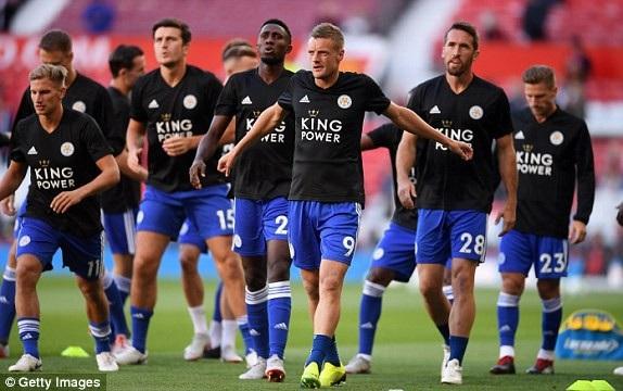 Các cầu thủ Leicester khởi động ở Old Trafford