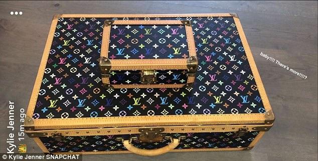 Bên cạnh xe hơi cổ, bạn trai Kylie còn tặng cô những chiếc vali hàng hiệu - thứ không thể thiếu trong cuộc sống bận rộn, di chuyển khá thường xuyên của Kylie.