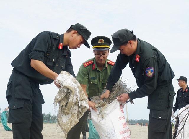 Trong đó có nhiều loại rác không bị phân hủy như túi ni lông, lưới đánh cá hỏng...