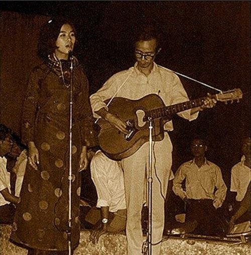 Khánh Ly thường mặc áo dài, đi chân dất khi biểu diễn cùng Trịnh Công Sơn.