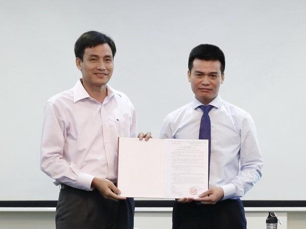 Thứ trưởng Trần Quý Kiên trao quyết định bổ nhiệm Phó chánh văn phòng Bộ Tài nguyên và Môi trường cho ông Nguyễn Vĩnh Khang (phải).